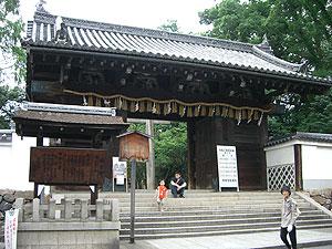 御香宮神社の門.jpg