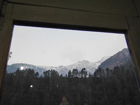 窓からお山が