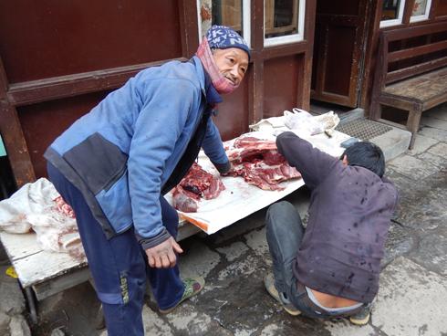肉をさばく人
